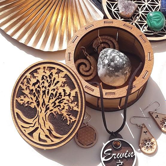 boite arbre de vie en bois avec pierres et bijoux